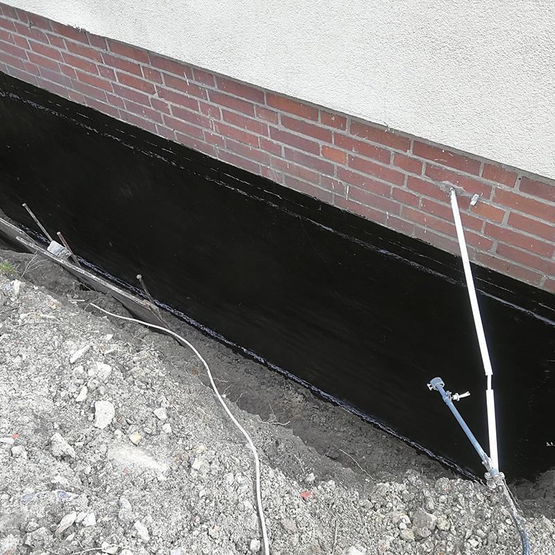 Bitumenbeschichtung als Haftgrundierung am gereinigten Mauerwerk