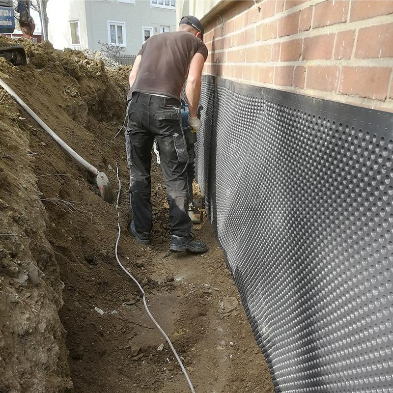 Verdichtung des Erdboden nach Abdichtung des Aussenmauerwerk