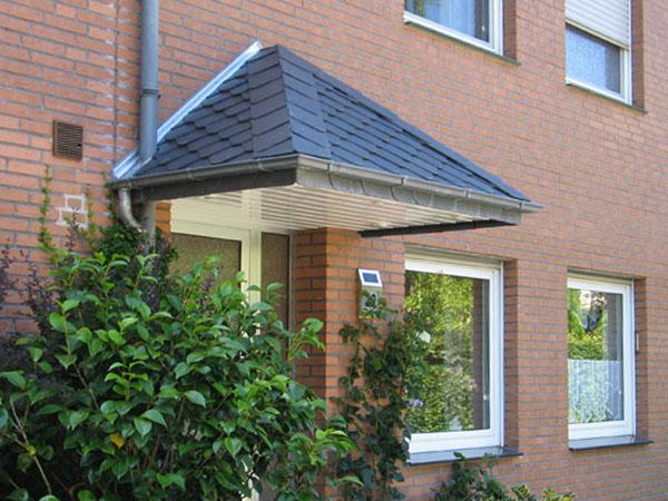 Naturschieferdach über der Haustür