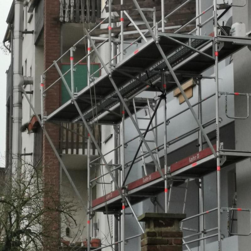 Für sicheres Arbeiten einen Meter Konsolgerüst ergänzen