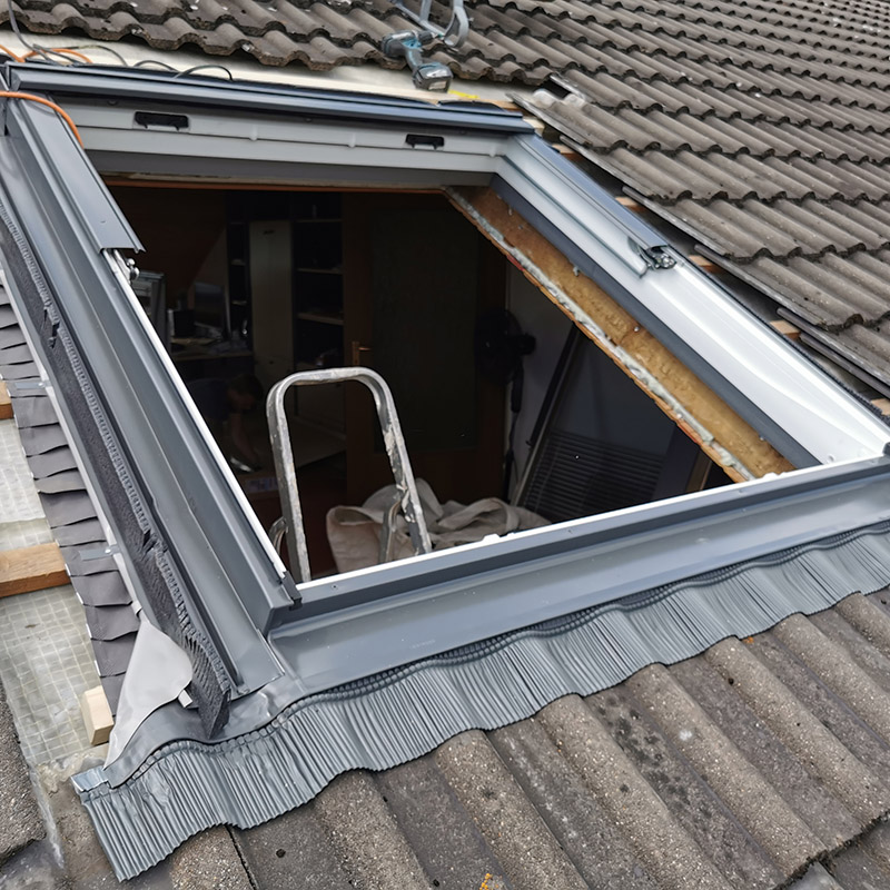 Anarbeiten der unteren Bleiplissierung an das Dachmaterial