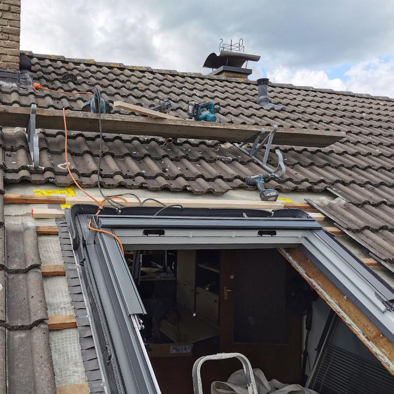 Dachregal oberhalb der Einbaufläche bringt Ablagefläche